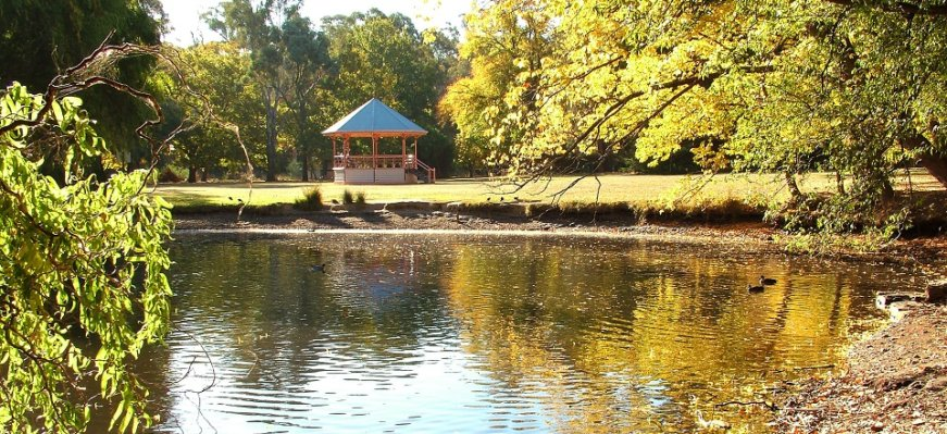 castlemaine botanical gardens lake on a sunny day, the photo has a golden tinge to it